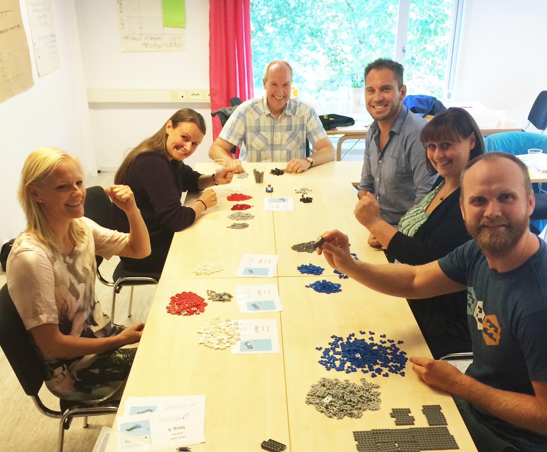 Lean-spill er lærerikt og gøy. Bildet viser kursdeltagere som gjennomfører simuleringen.