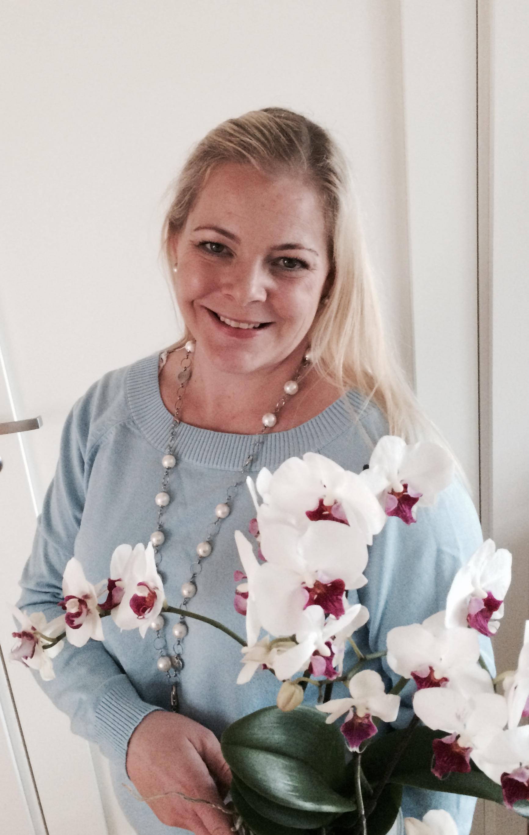 Daglig leder, Marny Østreng Unnli mottar blomst for siste års arbeid.
